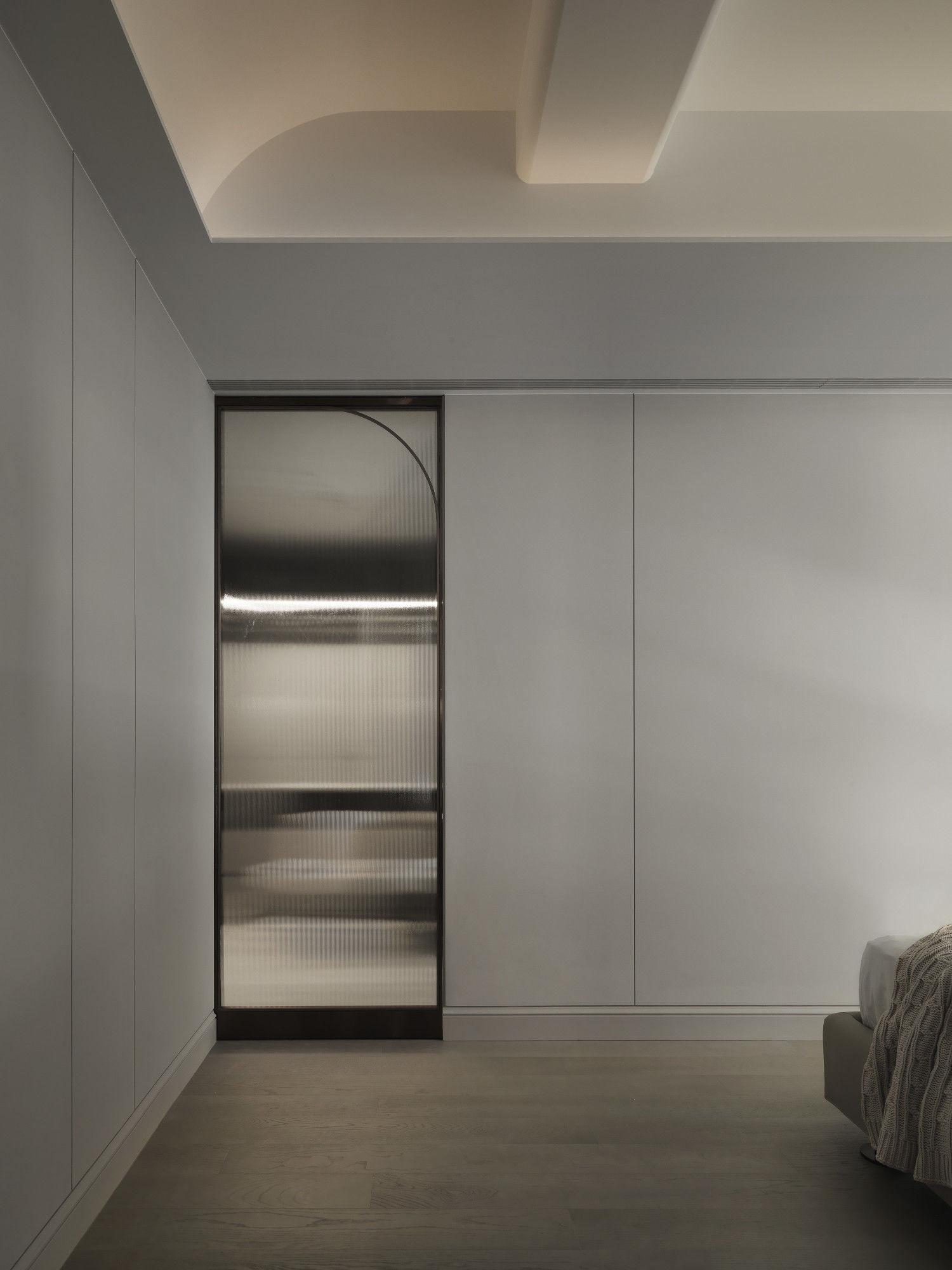 台中分子設計-現代風設計師-台中七期室內設計-電梯大樓整體規劃-臥室鍍鈦滑門、獨立更衣間